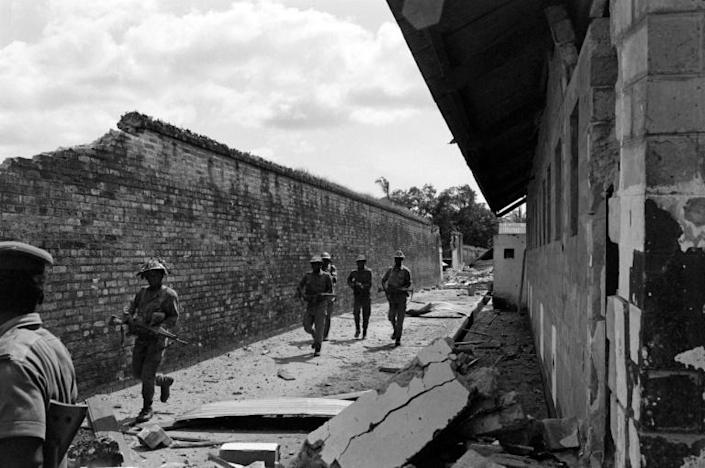 Nigerian federal army soldiers patrol near the destroyed prison of Calabar, the oldest port on the West African coast (AFP Photo/Colin HAYNES)