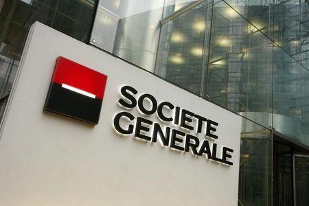 The logo of French bank Societe Generale is seen at the entrance of its headquarters in La Defense, outside Paris, January 30, 2008. REUTERS/Benoit Tessier/Files