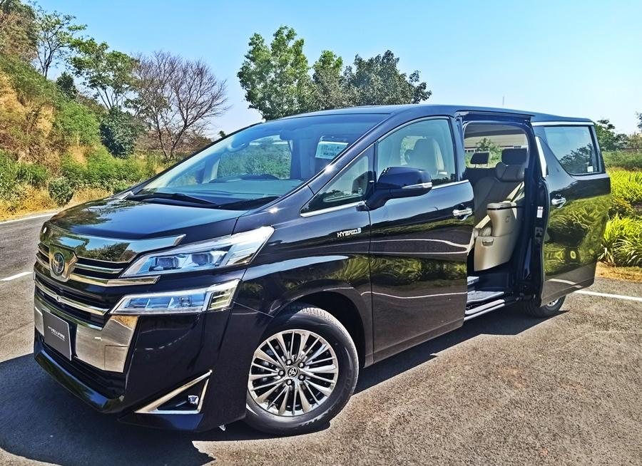 The Vellfire is simply massive and commands your attention. Standing tall and wide at a length of almost 5m, the Vellfire stands out from the crowd with sheer presence.