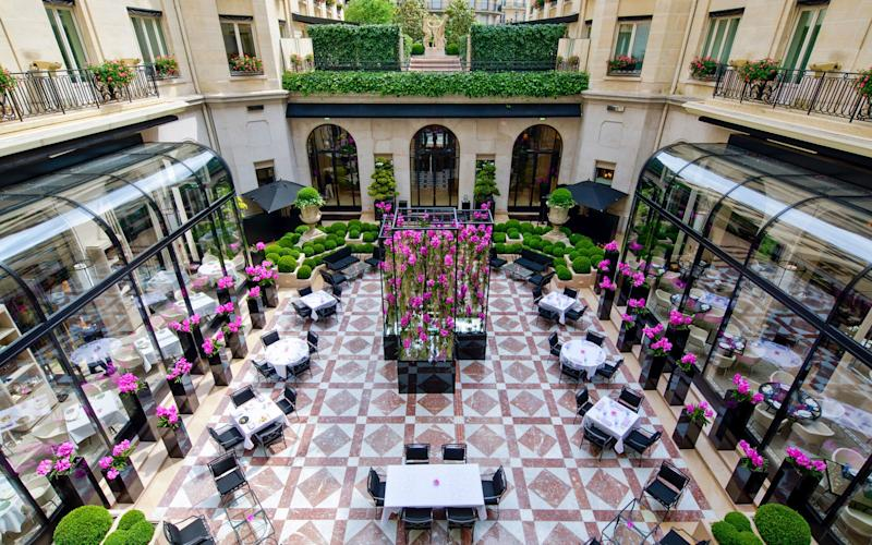 Palatial comfort, space, gastronomy and the most remarkable flower displays in town sum up the sumptuous Four Seasons George V. - Guillermo ANIEL-QUIROGA