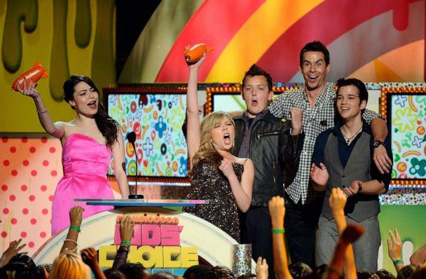 PHOTO: Actors Miranda Cosgrove, Jennette McCurdy, Noah Munck, Jerry Trainor and Nathan Kress from the television show iCarly celebrate after winning Favorite TV Show during Nickelodeon's 24th Annual Kids' Choice Awards on April 2, 2011 in Los Angeles. (Kevork Djansezian/Getty Images, FILE)