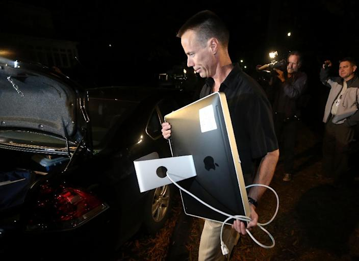 An FBI agent carries out a computer after a search of the home of Paula Broadwell on November 13, 2012, in Charlotte, North Carolina (AFP Photo/Streeter Lecka)