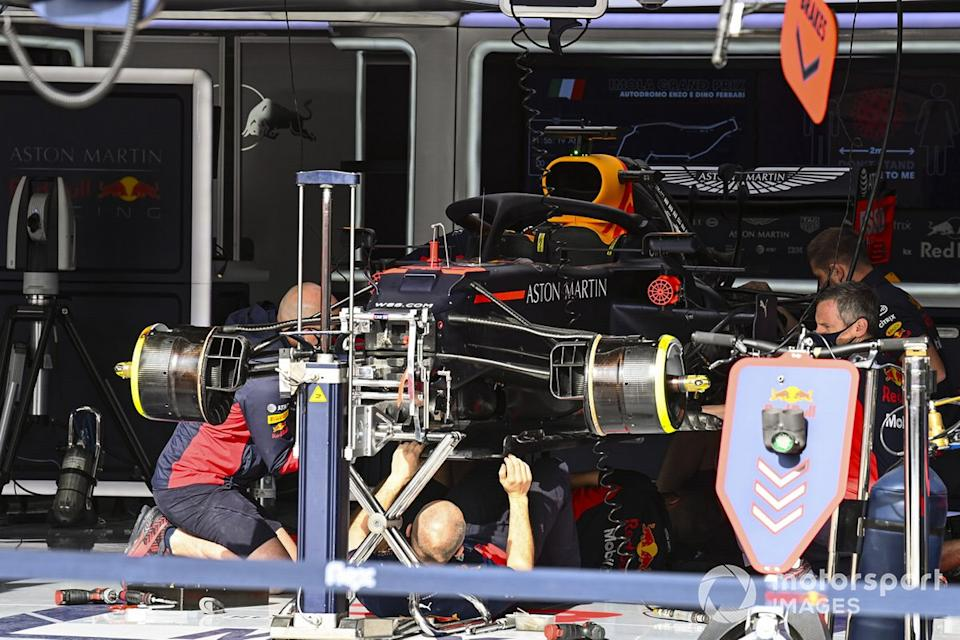 """Mecánicos montando el coche Max Verstappen, Red Bull Racing RB16<span class=""""copyright"""">Mark Sutton / Motorsport Images</span>"""