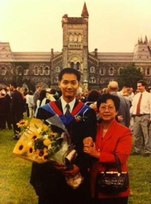 Dr Samuel Yeung-shan Wong, pictured with his mother, on his graduation day at the University of Toronto in 1999. Photo: Courtesy of Samuel Yeung-shan Wong