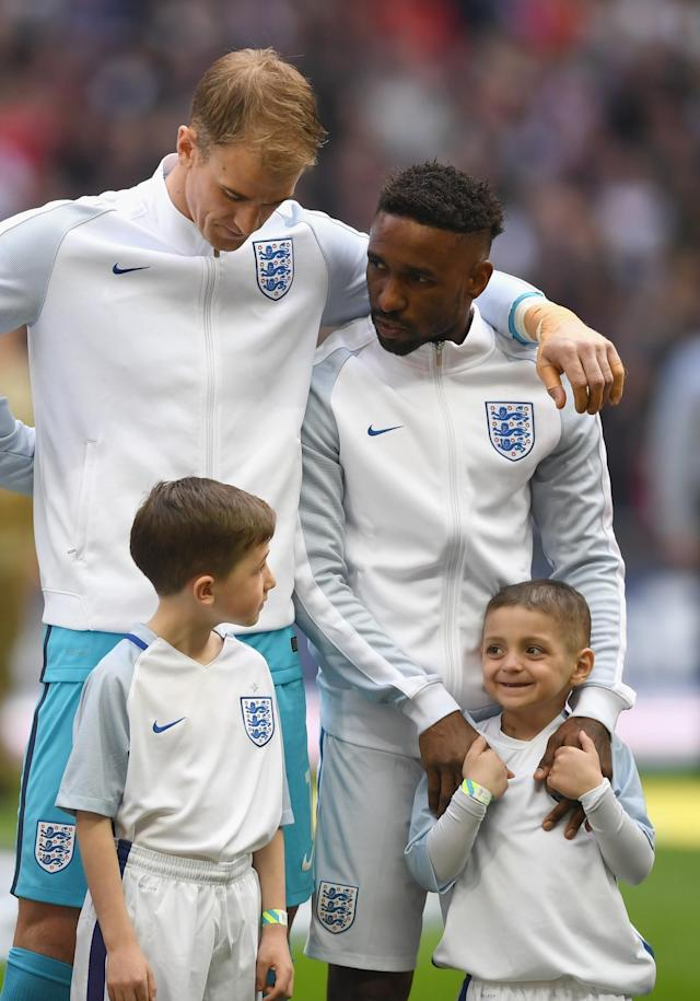 <p>Jermain Defoe lines up with England before their qualifier with Lithuania, alongside terminally ill Sunderland fan Bradley Lowery </p>