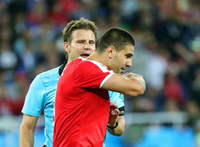 Kaliningrad (Russian Federation), 22/06/2018.- Aleksandar Mitrovic (R) of Serbia argues with German referee Felix Brych (L) during the FIFA World Cup 2018 group E preliminary round soccer match between Serbia and Switzerland in Kaliningrad, Russia, 22 June 2018. Switzerland won 2-1. (RESTRICTIONS APPLY: Editorial Use Only, not used in association with any commercial entity - Images must not be used in any form of alert service or push service of any kind including via mobile alert services, downloads to mobile devices or MMS messaging - Images must appear as still images and must not emulate match action video footage - No alteration is made to, and no text or image is superimposed over, any published image which: (a) intentionally obscures or removes a sponsor identification image; or (b) adds or overlays the commercial identification of any third party which is not officially associated with the FIFA World Cup) (Mundial de Fútbol, Kaliningrado, Suiza, Rusia) EFE/EPA/ARMANDO BABANI EDITORIAL USE ONLY