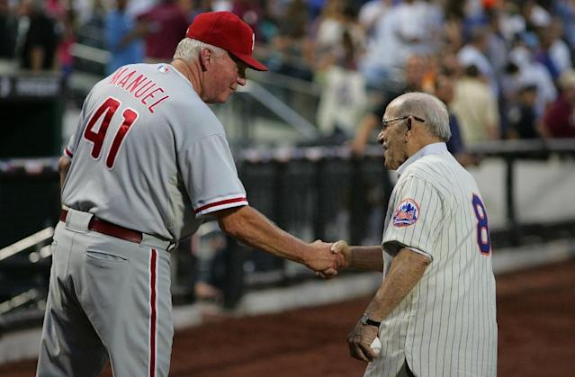 Yogi Berra (R) shakes hands with Charlie Manuel after the presentation commemorating the New York Mets 40th anniversary of the 1969 World Championship team, at Citi Field in New York City on August 22, 2009 (AFP Photo/Jared Wickerham)