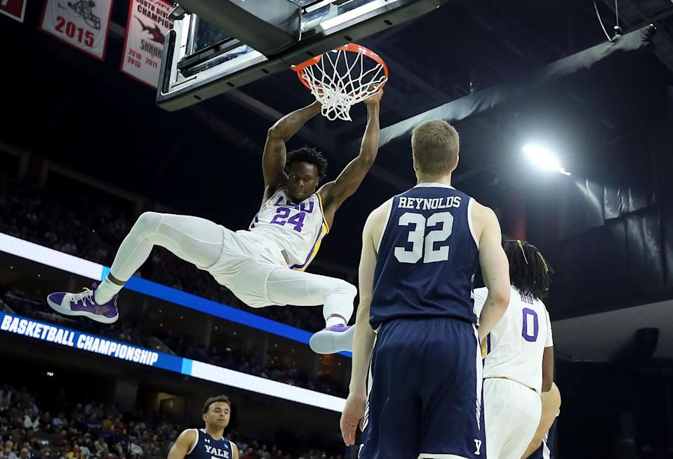 <p>Emmitt Williams #24 of the LSU Tigers makes the slam dunk against the Yale Bulldogs during the first round of the 2019 NCAA Men's Basketball Tournament at VyStar Jacksonville Veterans Memorial Arena on March 21, 2019 in Jacksonville, Florida. (Photo by Mike Ehrmann/Getty Images) </p>