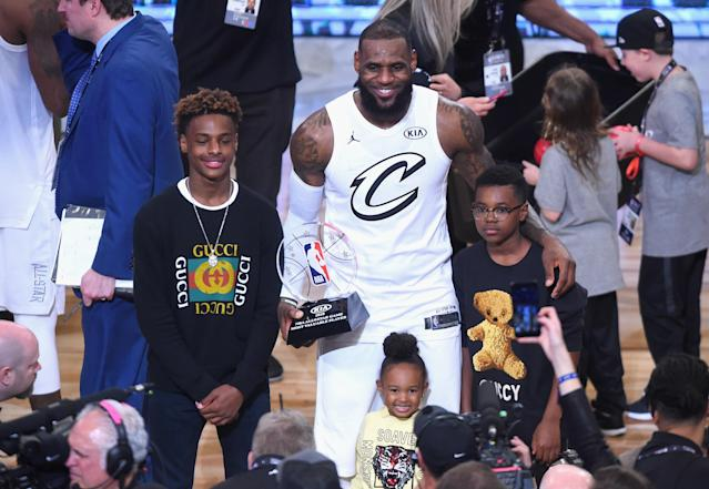 "<a class=""link rapid-noclick-resp"" href=""/nba/players/3704/"" data-ylk=""slk:LeBron James"">LeBron James</a> Jr. (left) poses with his dad LeBron James, his sister Zhuri James, and his brother Bryce Maximus James after the 2018 NBA All-Star Game at Staples Center in Los Angeles. (Jayne Kamin-Oncea/Getty Images)"
