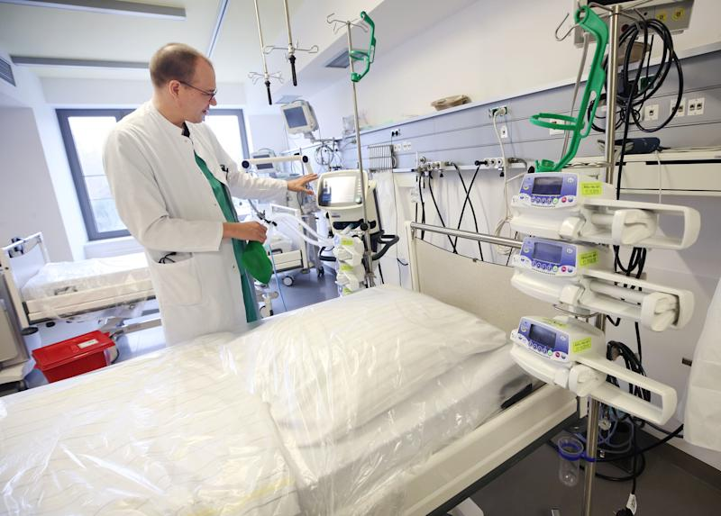A doctor shows the functioning of a ventilator in the Viersen general hospital in Germany (Photo: picture alliance via Getty Images)