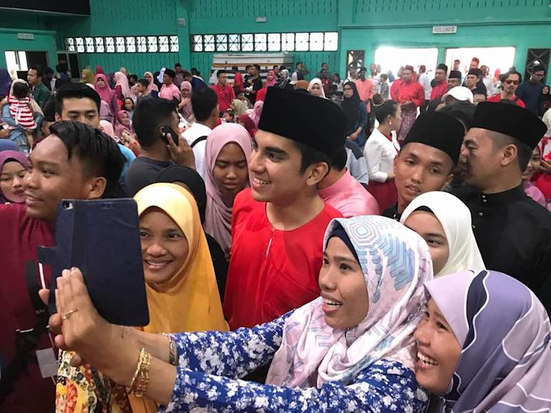 PPBM Youth chief and Muar MP Syed Saddiq Syed Abdul Rahman with visitors keen to take selfies with him at Home Minister Tan Sri Muhyiddin Yassin's Pagoh parliamentary Aidilfitri open house today. — Picture by Ben Tan