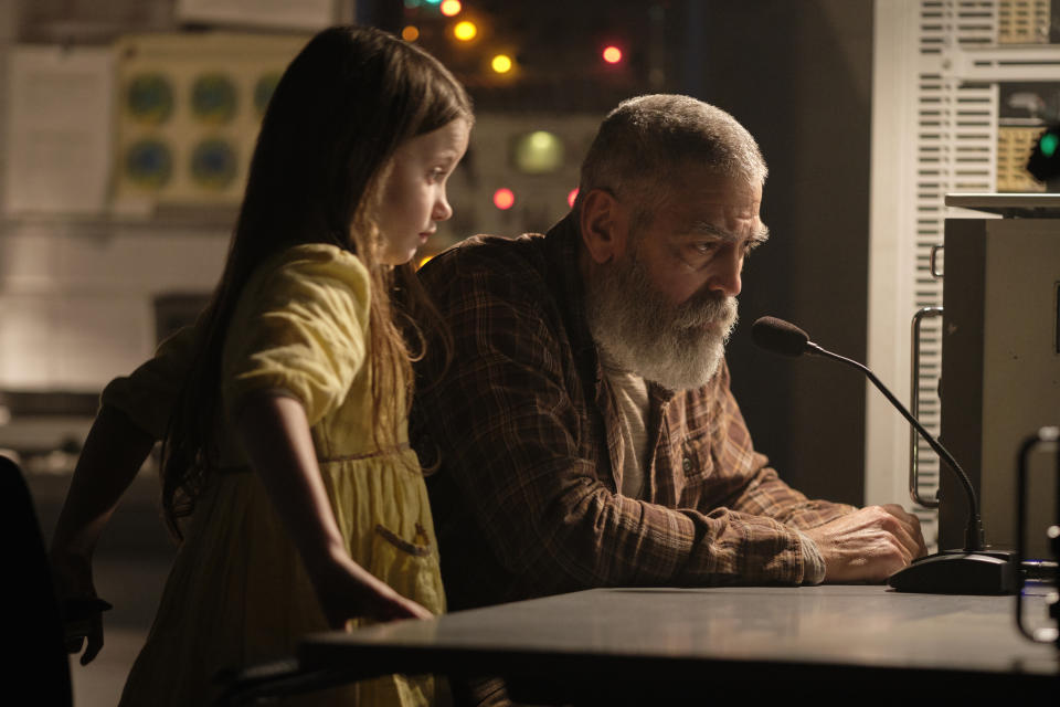 Caoilinn Springall as Iris and George Clooney as Augustine in The Midnight Sky. (Philippe Antonello/NETFLIX ©2020)