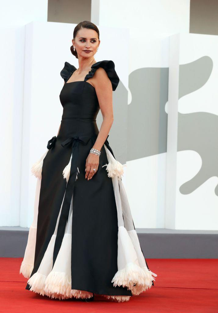 <p>The actor wore a black and white Chanel gown to the red carpet for 'Madres Paralelas'.</p>