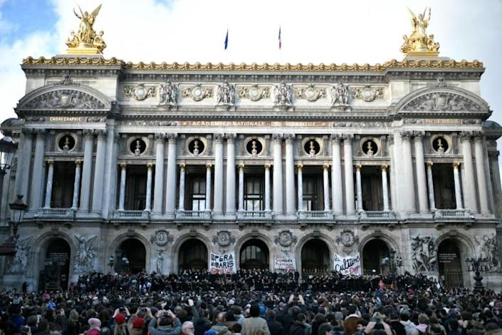 Musicians perform in front of the Palais Garnier during a demonstration of striking employees (AFP Photo/STEPHANE DE SAKUTIN)