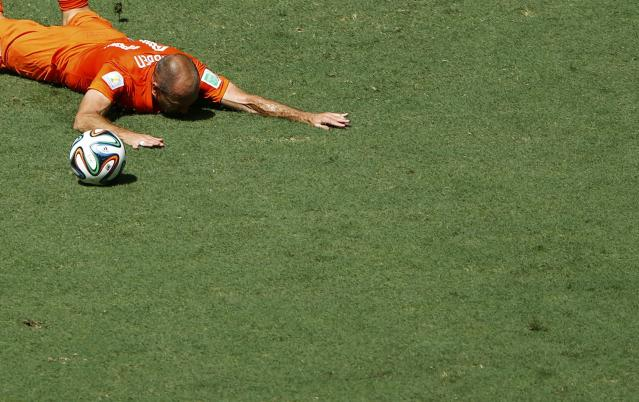 Arjen Robben of the Netherlands falls on the pitch during the 2014 World Cup round of 16 game between Mexico and the Netherlands at the Castelao arena in Fortaleza June 29, 2014. No foul was called. REUTERS/Mike Blake (BRAZIL - Tags: SOCCER SPORT WORLD CUP)