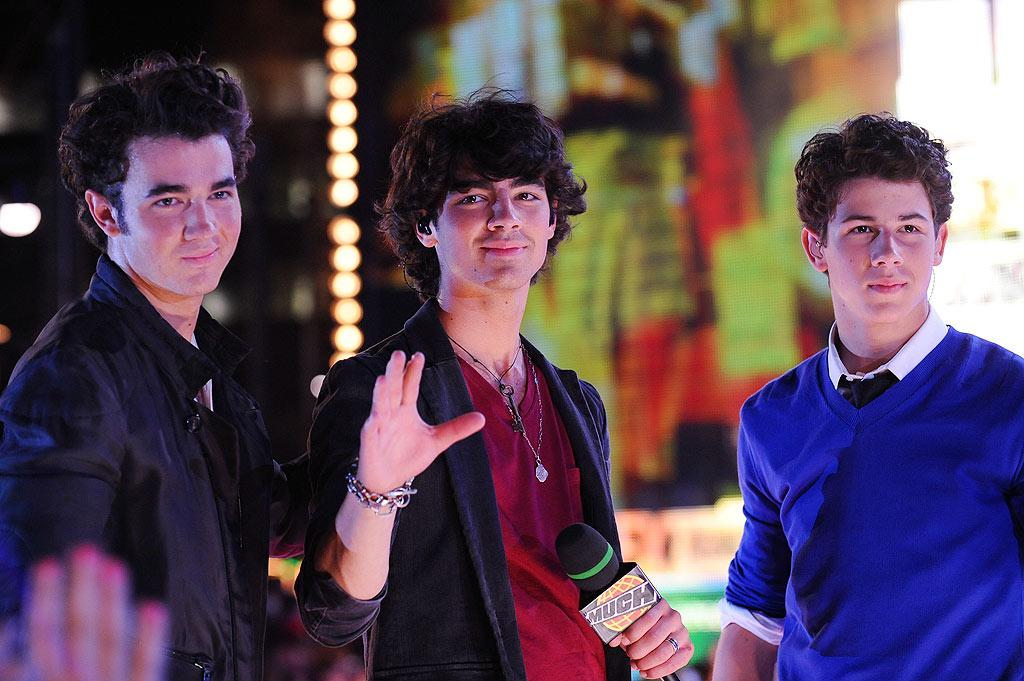 "The Jonas Brothers had a busy night -- they co-hosted the show, performed live, and even walked away with the award for UR Fave International Video! George Pimentel/<a href=""http://www.wireimage.com"" target=""new"">WireImage.com</a> - June 21, 2009"
