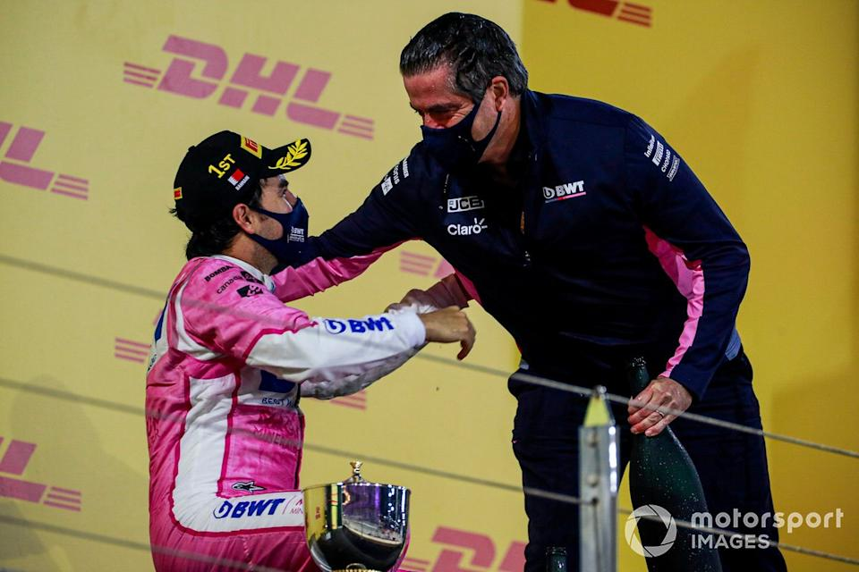 "Podio: ganador de la carrera Sergio Pérez, Racing Point celebra con Andy Stevenson, Director deportivo de Racing Point <span class=""copyright"">Steven Tee / Motorsport Images</span>"