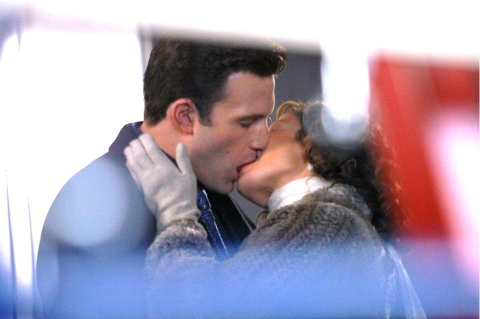 <p>More kissing on the set of Jersey Girl. </p>