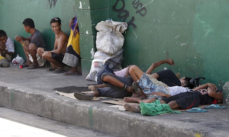 File Photo: Street dwellers sleep on a road pavement near the Ninoy Aquino international airport in Parañaque, Metro Manila, November 12, 2015. REUTERS/Erik De Castro