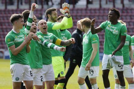 Britain Football Soccer - Heart of Midlothian v Celtic - Scottish Premiership - Tynecastle - 2/4/17 Celtic's Scott Brown and teammates celebrate winning the Scottish Premiership Reuters / Russell Cheyne Livepic