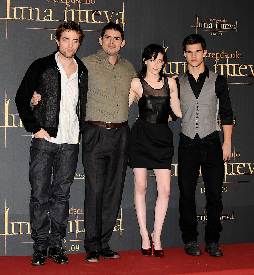 """<a href=""""http://movies.yahoo.com/movie/contributor/1808623206"""">Robert Pattinson</a>, <a href=""""http://movies.yahoo.com/movie/contributor/1800020201"""">Chris Weitz</a>, <a href=""""http://movies.yahoo.com/movie/contributor/1807776250"""">Kristen Stewart</a> and <a href=""""http://movies.yahoo.com/movie/contributor/1808598632"""">Taylor Lautner</a> at the Madrid photocall for <a href=""""http://movies.yahoo.com/movie/1810055802/info"""">The Twilight Saga: New Moon</a> - 11/12/2009"""