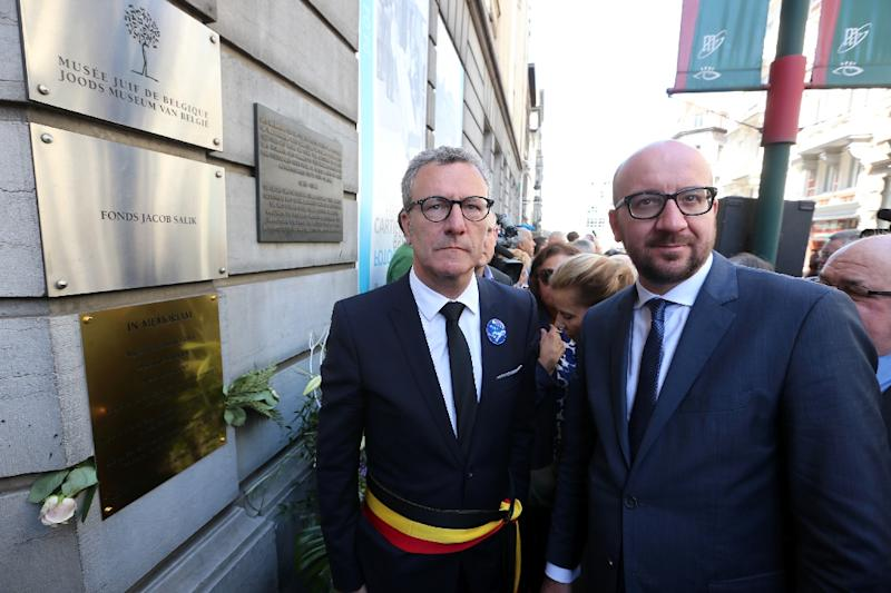 Brussels City mayor Yvan Mayeur (L) and Belgian Prime Minister Charles Michel (R) attend a tribute ceremony at the Jewish museum in Brussels on May 24, 2015 (AFP Photo/Nicolas Maeterlinck)