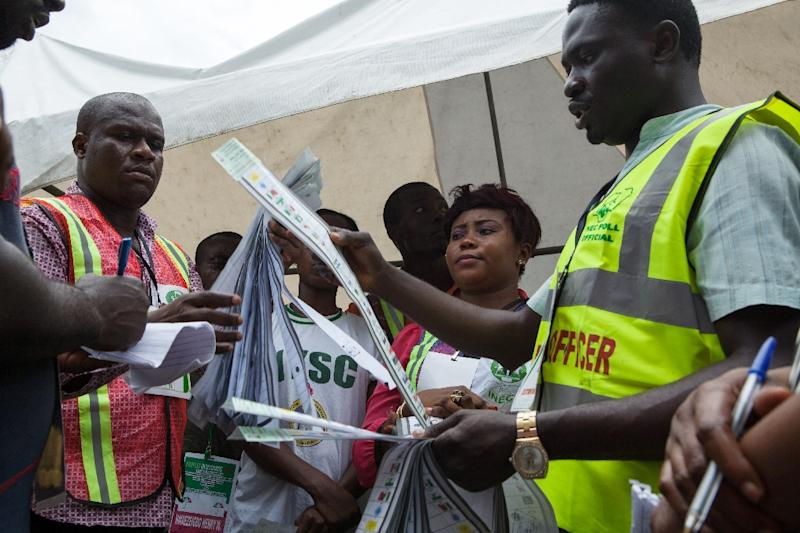 Independent National Electoral Commission (INEC) officers begin the counting of vote in a polling station in the city of Port Harcourt, southern Nigeria, on April 11, 2015 (AFP Photo/Florian Plaucheur)