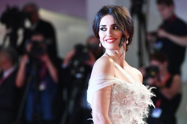 Spanish actress Penelope Cruz stole the show on September 1 when she walked the red carpet sporting a classic chignon with curled, face-framing tendrils, and a few coats of scarlet lipstick