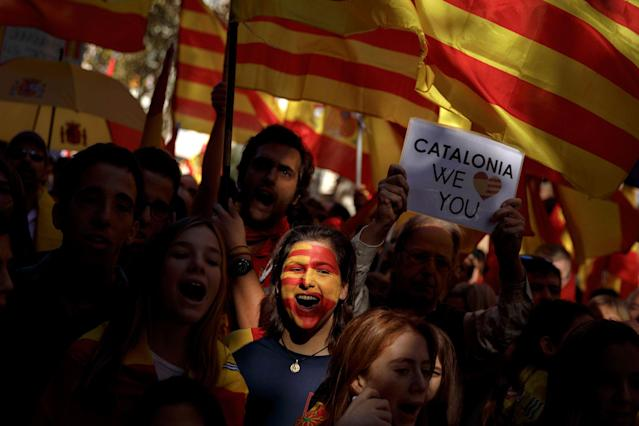 <p>A woman with the Senera and Spanish flags painted on her face shouts slogans as she takes part in a rally against Catalonia's declaration of independence, in Barcelona, Spain, Sunday, Oct. 29, 2017. (Photo: Gonzalo Arroyo/AP) </p>