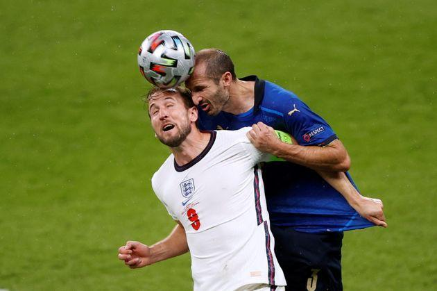 Soccer Football - Euro 2020 - Final - Italy v England - Wembley Stadium, London, Britain - July 11, 2021 Italy's Giorgio Chiellini in action with England's Harry Kane Pool via REUTERS/John Sibley     TPX IMAGES OF THE DAY (Photo: JOHN SIBLEY via Pool via REUTERS)
