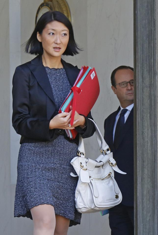 French Culture Minister Fleur Pellerin (L) leaves the weekly cabinet meeting as French President Francois Hollande looks on at the Elysee Palace in Paris September 25, 2014.   REUTERS/Jacky Naegelen   (FRANCE - Tags: POLITICS)