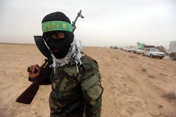 An Iraqi Shiite fighter from the Popular Mobilization units holds a position on the Tharthar frontline on the edge of Anbar province on June 1, 2015 (AFP Photo/Ahmad al-Rubaye)