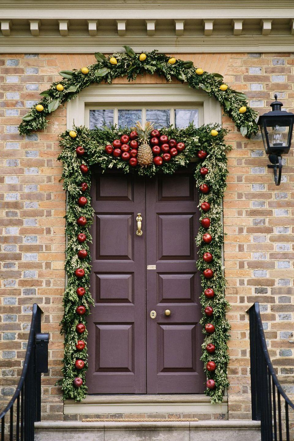 <p>Classic garland is jazzed up with a nontraditional twist, thanks to decorative apples, lemons, and even a welcoming pineapple.<br></p>