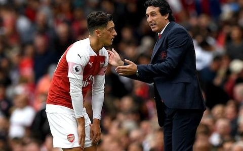Emery speaks to Ozil - Credit: Getty Images