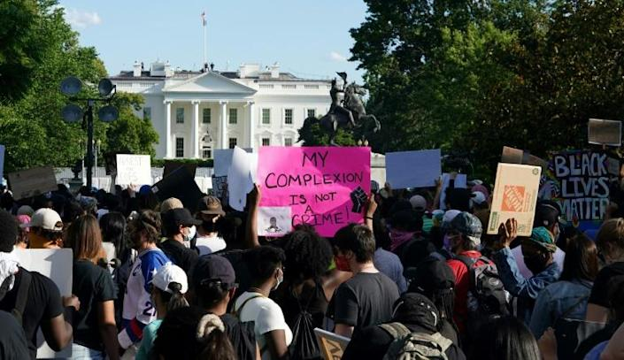 Demonstrators near the White House protest over the death of George Floyd (AFP Photo/MANDEL NGAN)