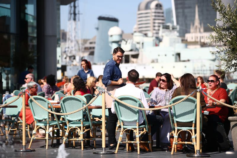 UK diner discounts push inflation down to near 5-year low