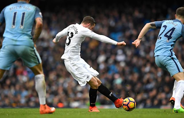 <p>Gylfi Sigurdsson of Swansea City scores his sides first goal during the Premier League match between Manchester City and Swansea City at Etihad Stadium on February 5, 2017 in Manchester, England. </p>