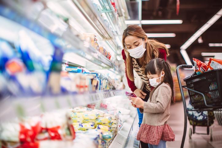 Still afraid of grocery shopping? Experts weigh in. (Photo: Getty Images)