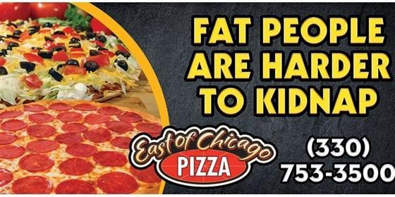 """Fette Menschen sind schwerer zu kidnappen"", steht auf dem Plakat einer Filiale von East of Chicago Pizza. (Bild: East of Chicago Pizza)"