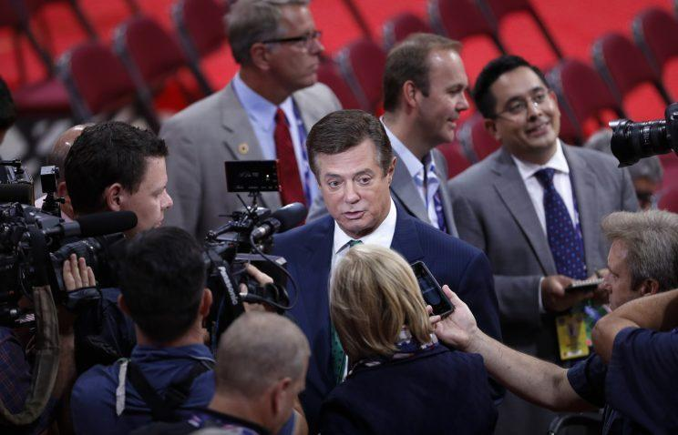 Trump Campaign Chairman Paul Manafort is surrounded by reporters on the floor of the Republican National Convention in Cleveland, Sunday, July 17, 2016. (Photo:/J. Scott Applewhite/AP)