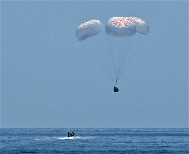 SpaceX's Dragon Endeavour capsule descends into the Gulf of Mexico at the end of its demonstration mission to the International Space Station. (NASA Photo / Bill Ingalls)