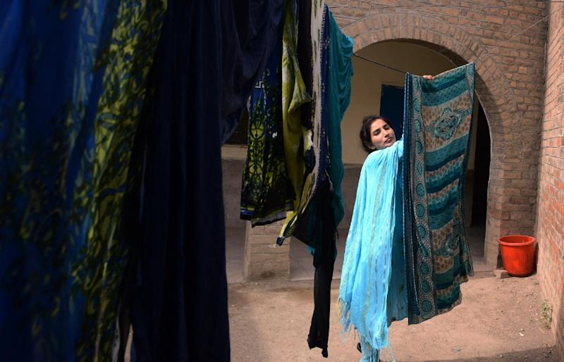 A Pakistani Christian resident displaced by a military operation in the North Waziristan tribal agency hangs clothes to dry as she seeks temporary shelter at a school in Bannu, June 22, 2014 (AFP Photo/A Majeed)