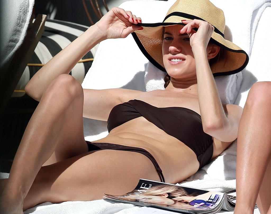 Exclusive... 51006744 'Girls' actress Allison Williams catches some rays on the beach in Miami, Florida on February 3, 2013. FameFlynet, Inc - Beverly Hills, CA, USA -  1 (818) 307-4813