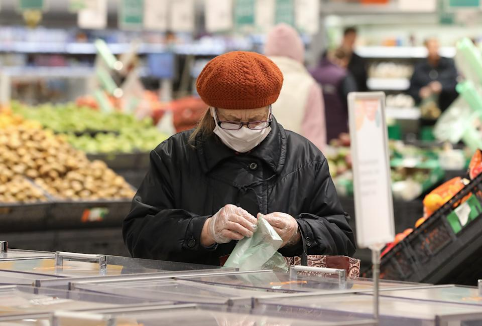 RYAZAN, RUSSIA - APRIL 27, 2020: A customer at a vegetables section of a hypermarket of the Globus retail chain amid the COVID-19 coronavirus pandemic. Customers have to wear masks while shopping at the hypermarket. Russian President Vladimir Putin has expanded non-working period till April 30, 2020 to prevent the spread of the novel coronavirus. Alexander Ryumin/TASS (Photo by Alexander Ryumin\TASS via Getty Images)