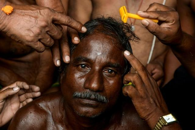 A farmer's head is being shaved during a protest demanding profitable prices for their products and waver of their debts in Chennai, India (AFP Photo/ARUN SANKAR)