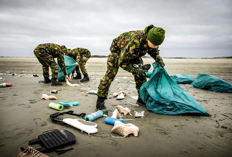Netherlands' army soldiers helped clean-up the coastline of Schiermonnikoog in the Dutch Frisian Island (AFP Photo/Remko de Waal)