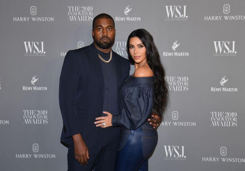 Kim Kardashian West (R) und Ehemann US Rapper Kanye West bei den WSJ Magazine 2019 Innovator Awards. [Photo: Getty]