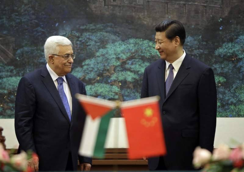 China's President Xi Jinping, right, and his Palestinian counterpart Mahmoud Abbas attend a signing ceremony at the Great Hall of the People in Beijing, China Monday, May 6, 2013. (AP Photo/Jason Lee, Pool)