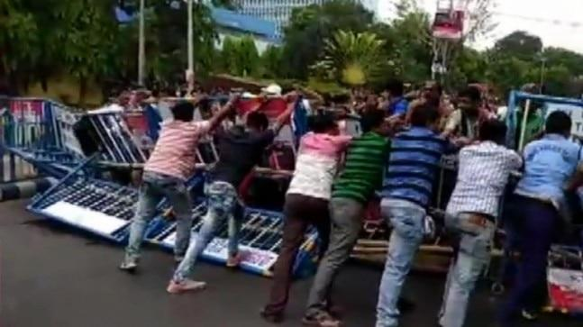 West Bengal's Bikash Bhawa turned into a battleground as clashes took place between Shishu Shiksha Kendra (SSK) and Madhyamik Shiksha Kendra teachers and police officials at Mayukh Bhawan island. The teachers have been demanding an increase in their salary according to their qualification.