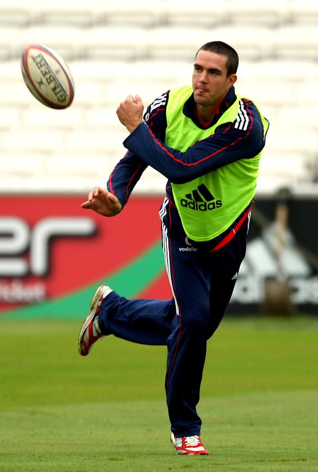 Captain Kevin Pietersen in action during the England nets session ahead of the 3rd Natwest one day international between England and South Africa at The Brit Oval on August 28, 2008 in London, England.  (Photo by Richard Heathcote/Getty Images) *** Local Caption *** Kevin Pietersen